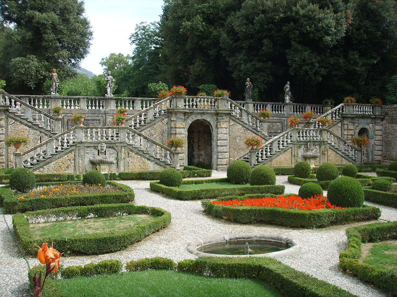 1280px-Villa_torrigiani_di_lucca,_scalinata