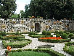 250px-Villa_torrigiani_di_lucca,_scalinata